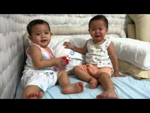 Twin Girls - Baby fight